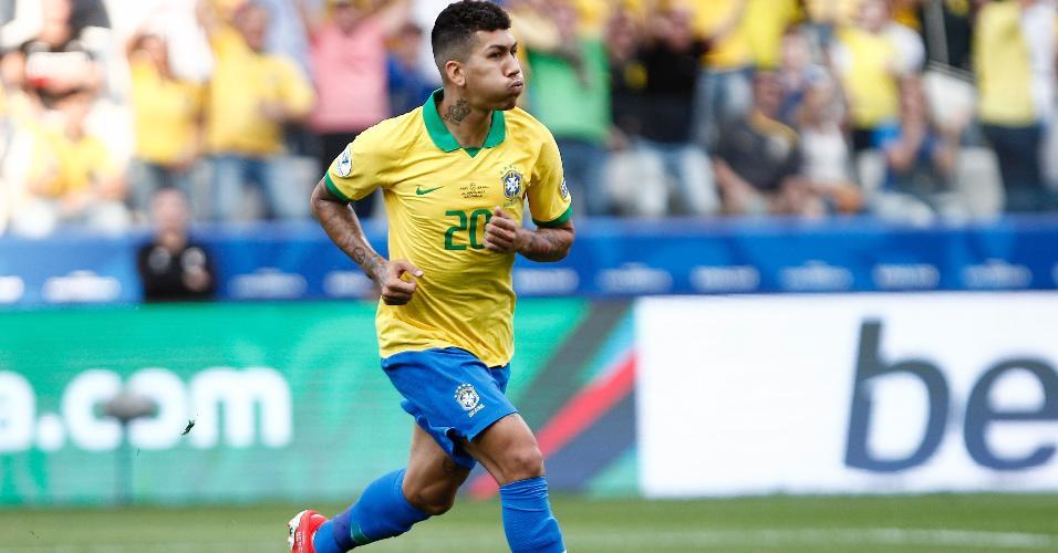 Roberto Firmino comemora o gol anotado pelo Brasil diante do Peru