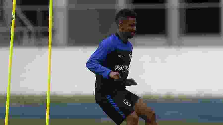 Atacante Biro Biro treinava normalmente no estádio Nilton Santos antes de sofrer a arritmia cardíaca  - Vitor Silva/Botafogo