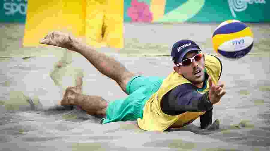 Oscar tenta alcançar a bola em derrota do Brasil pelo vôlei de praia do Pan de Lima - Wander Roberto/COB