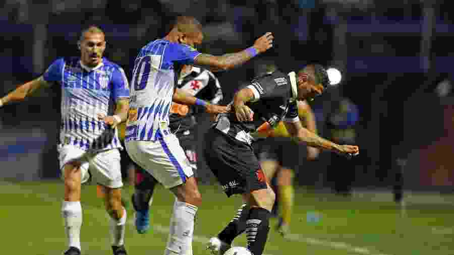 Jogadores disputam bola durante Avaí x Vasco - Rafael Ribeiro/Vasco