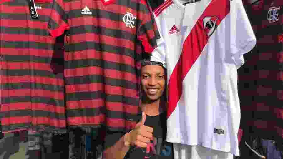 Flamenguista, o vendedor Antony Nascimento, até o meio da tarde de ontem, já tinha vendido dez camisas do River Plate - Bruno Braz / UOL Esporte