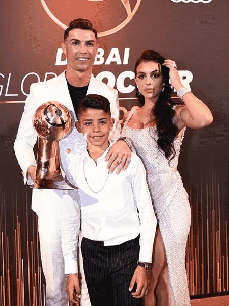 Cristiano Ronaldo com a namorada, Georgina Rodriguez, e o filho mais velho, Cristiano Ronaldo Júnior, em premiação em Dubai - Reprodução/Instagram