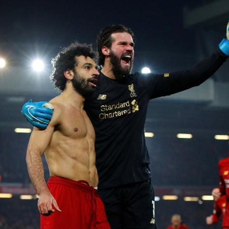 Alisson comemora assistência para Salah na edição anterior da Premier League - REUTERS/Phil Noble