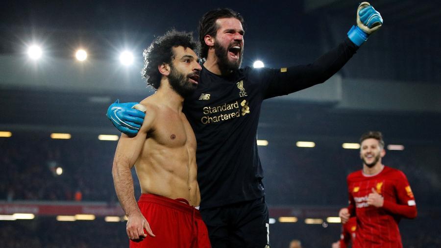 Alisson comemora gol de Salah e vitória do Liverpool sobre o Manchester - REUTERS/Phil Noble