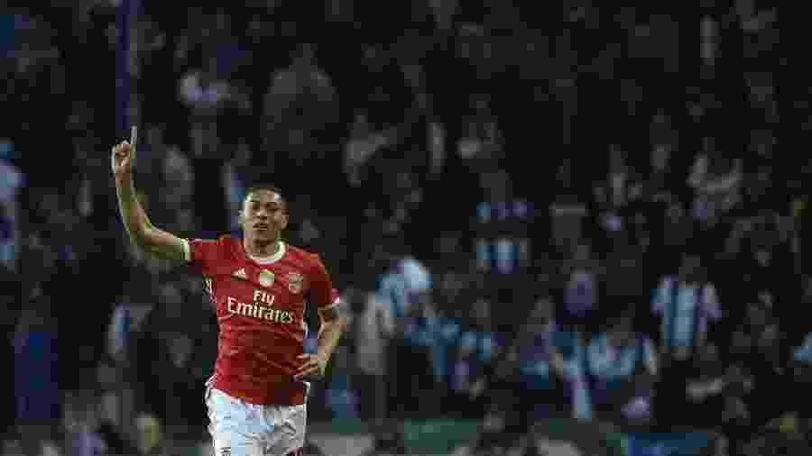 Carlos Vinícius, atacante do Benfica, comemora gol diante do Porto - Miguel Riopa/AFP