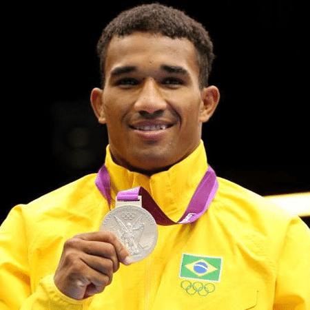 O boxeador Esquiva Falcão com a sua medalha olímpica - Reprodução/Twitter