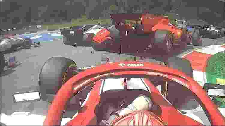 Vista do carro de Kimi Raikkonen mostra batida entre Charles Leclerc e Sebastien Vettel, da Ferraria, no GP da Estíria - Reprodução - Reprodução