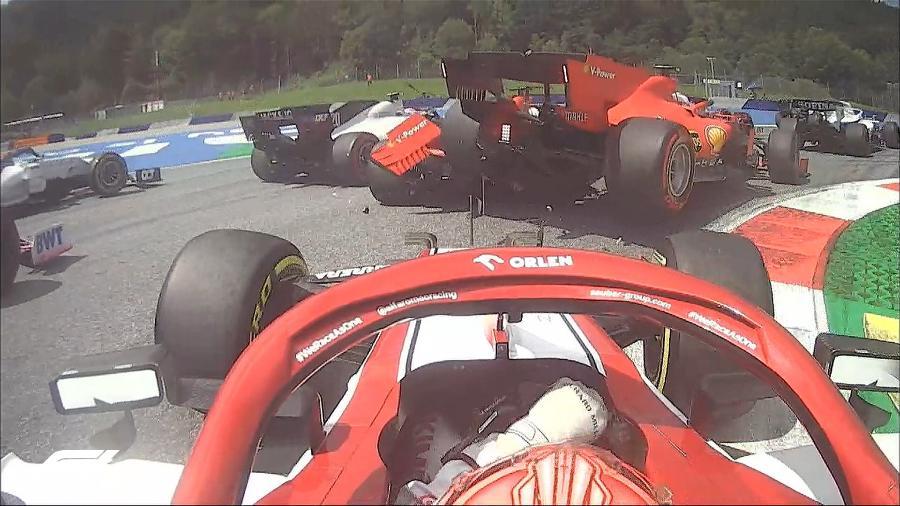 Vista do carro de Kimi Raikkonen mostra batida entre Charles Leclerc e Sebastien Vettel, da Ferrari, no GP da Estíria - Reprodução