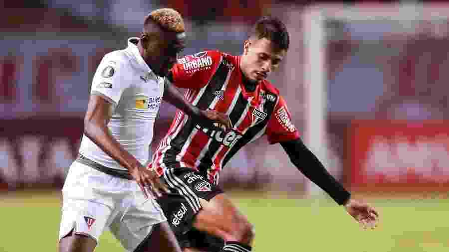 Martinez Borja disputa bola com Diego durante LDU x São Paulo pela Copa Libertadores 2020 - José Jácome-Pool/Getty Images