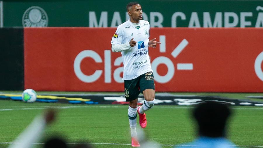 Ademir, atacante do América-MG, comemora seu gol marcado contra o Palmeiras, no jogo de ida da semifinal da Copa do Brasil de 2020 - Marcello Zambrana/AGIF