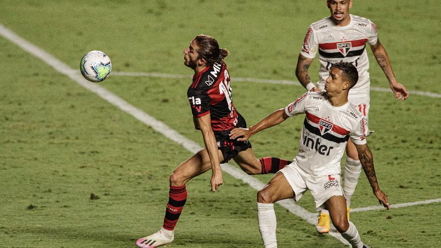 Filipe Luis e Igor Vinícius disputam bola durante São Paulo x Flamengo - Pedro Martins/UOL
