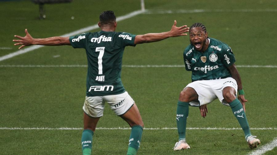 Rony e Luiz Adriano comemoram segundo gol do Palmeiras na semifiinal - Ettore Chiereguini/AGIF