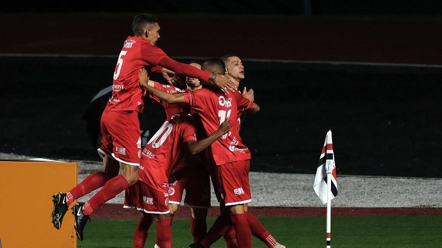 Jogadores do 4 de Julho comemoram gol marcado sobre o São Paulo - Marcello Zambrana/AGIF