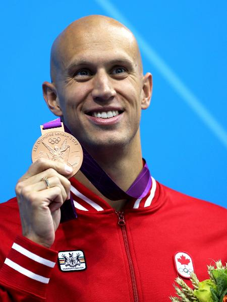 Brent Hayden exibe sua medalha de bronze conquistada na Olimpíada de Londres, em 2012 - Clive Rose/Getty Images