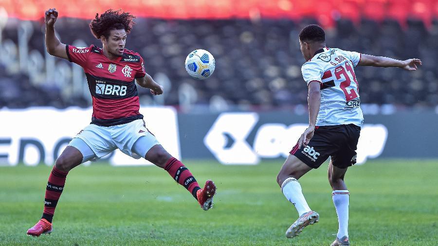 Willian Arão e Gabriel Sara disputam lance em Flamengo x São Paulo - THIAGO RIBEIRO/AGIF - AGÊNCIA DE FOTOGRAFIA/ESTADÃO CONTEÚDO