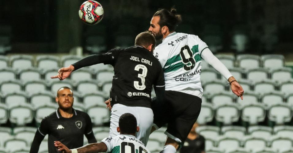 Léo Gamalho e Joel Carli disputam a bola durante jogo entre Coritiba e Botafogo pela Série B de 2021