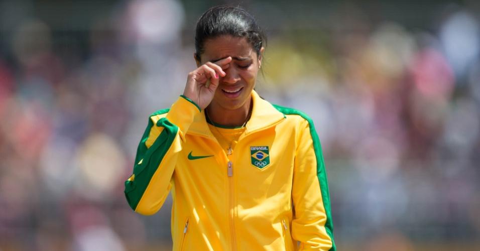 Juliana dos Santos chora no pódio depois da conquista nos 5.000m feminino