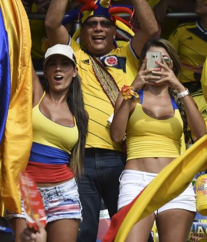 Torcedores da Colômbia fazem festa durante o jogo entre Colômbia e Peru pelas Eliminatórias Sul-americanas