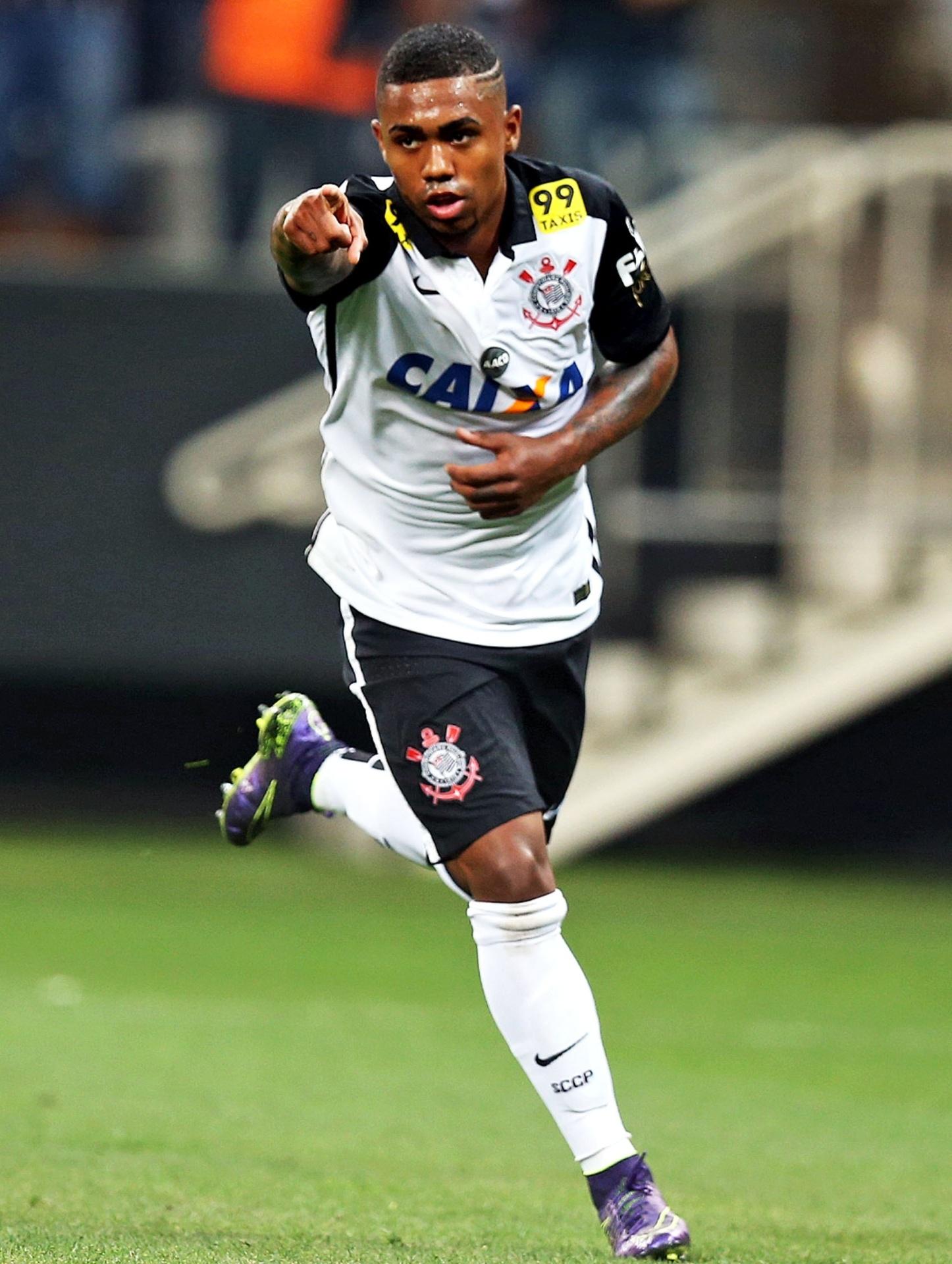 Malcom faz o segundo gol do Corinthians sobre o Goiás em partida pela 30ª rodada do Campeonato Brasileiro