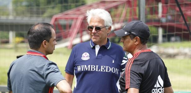 Flávio Godinho (frente) conversa com Rodrigo Caetano e Muricy: busca por zagueiro