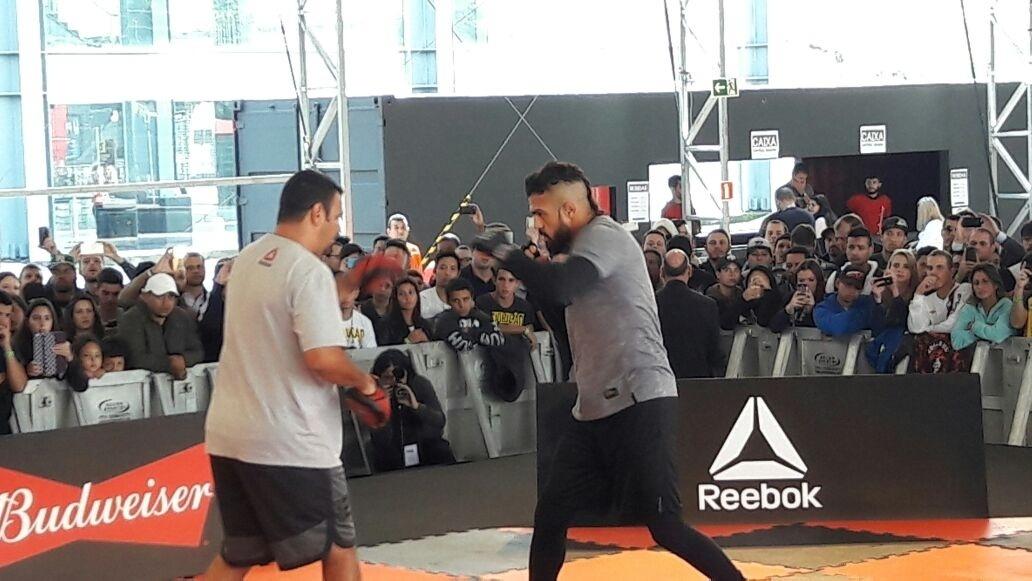 Vitor Belfort participa dos treinos abertos do UFC 198
