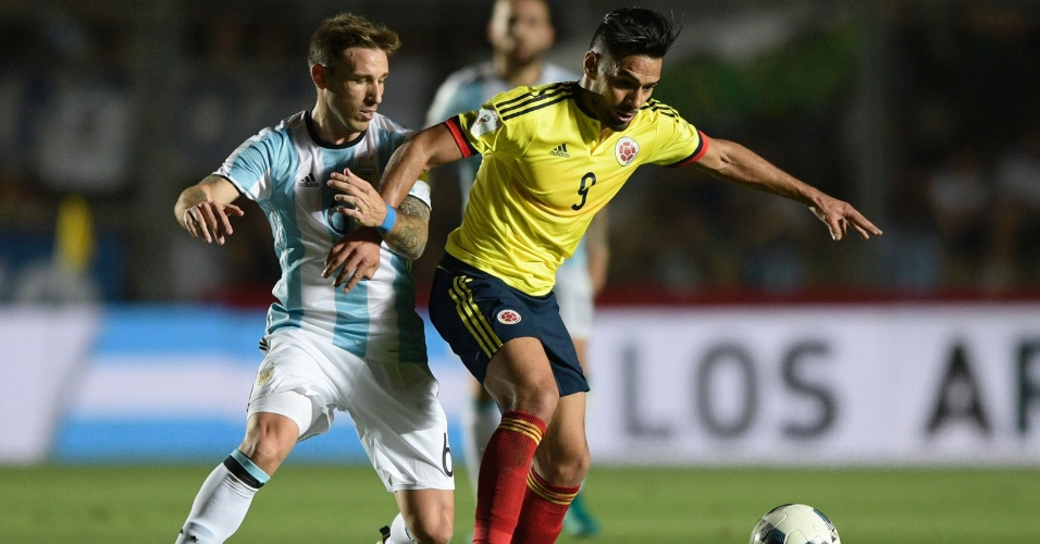 Pelas Eliminatórias Falcao Garcia, da Colômbia, tenta dominar a bola enquanto é cercado de perto pelo argentino Lucas Biglia