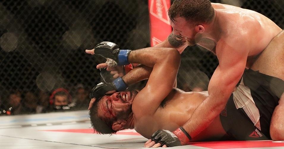 Bader venceu Minotouro por nocaute técnico no terceiro round do UFC SP
