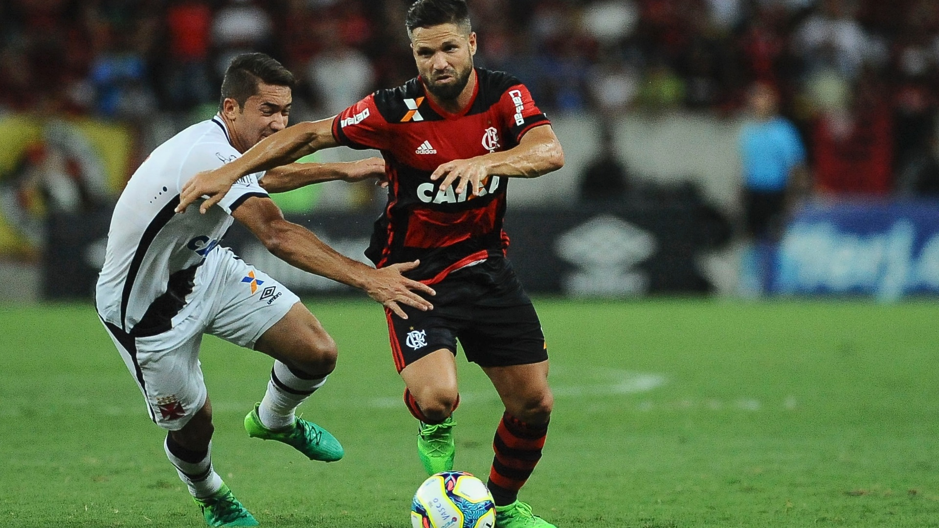 Diego, do Flamengo, tenta escapar de marcador do Vasco