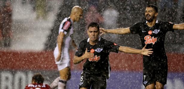 Angel Lucena festeja ao marcar o primeiro do Libertad contra o Atlético-MG