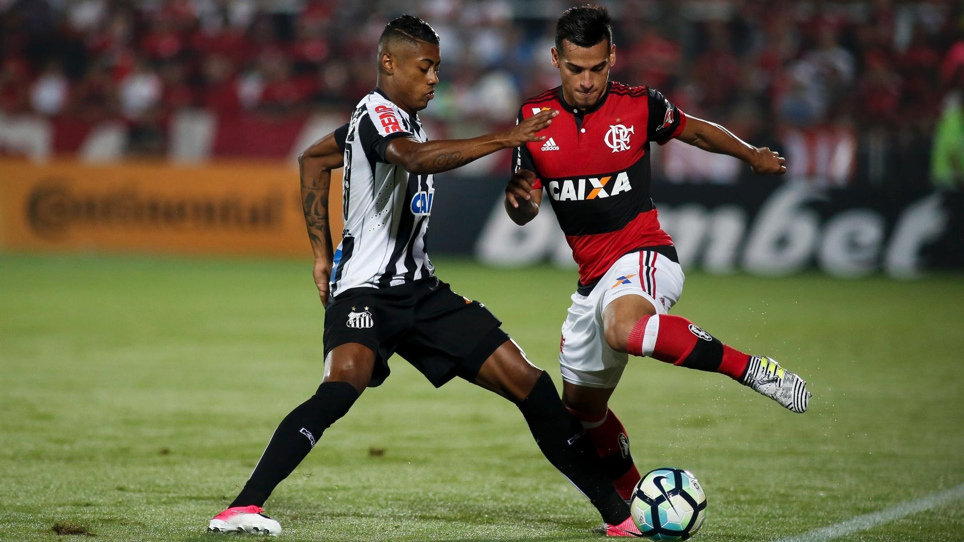 Bruno Henrique e Trauco disputam bola na Arena da Ilha