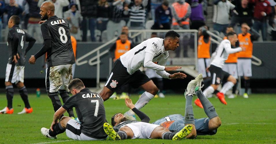 Jô abre o placar para o Corinthians contra o Botafogo na arena em Itaquera