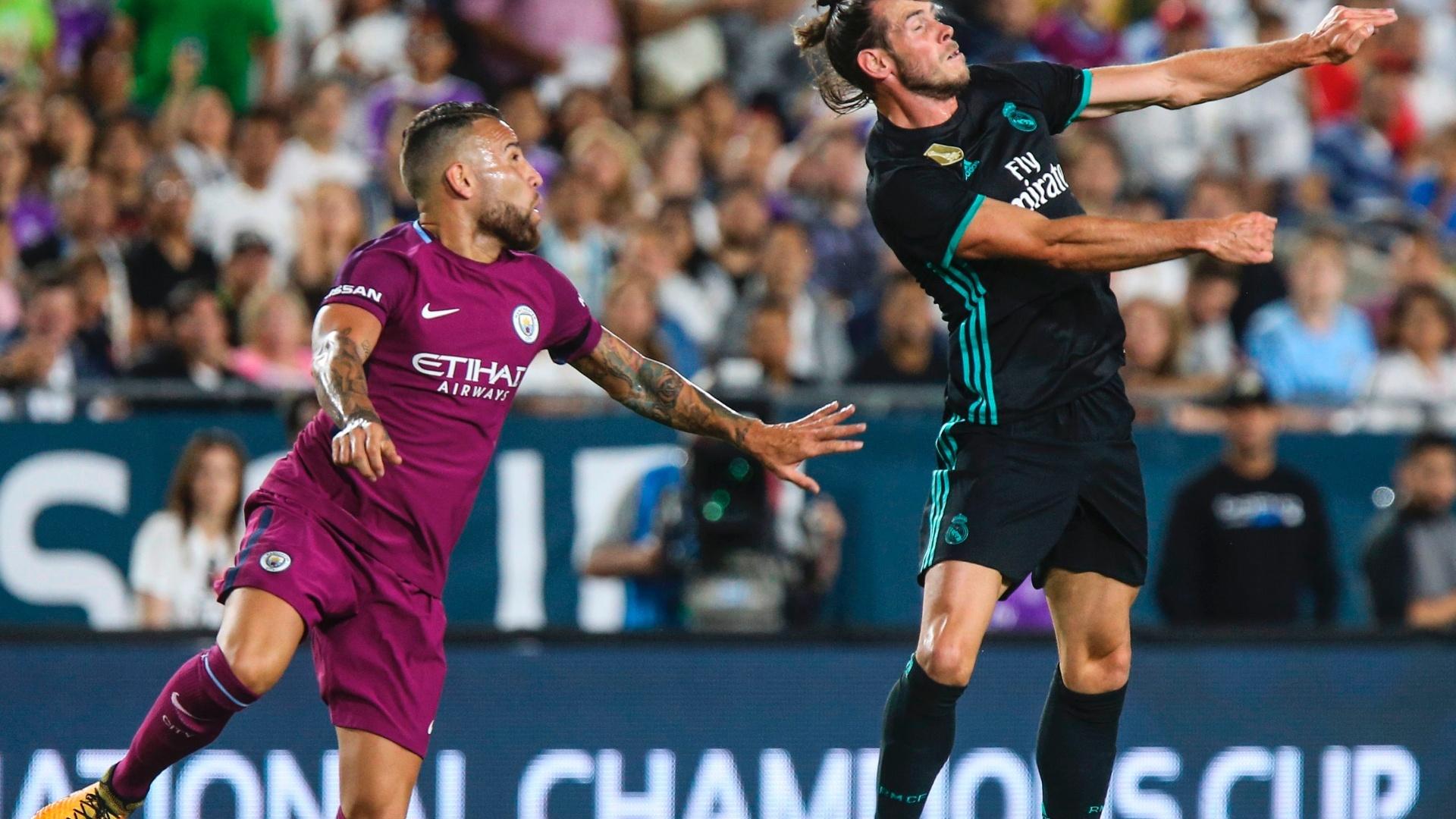 Otamendi e Bale disputam lance em Manchester City x Real Madrid