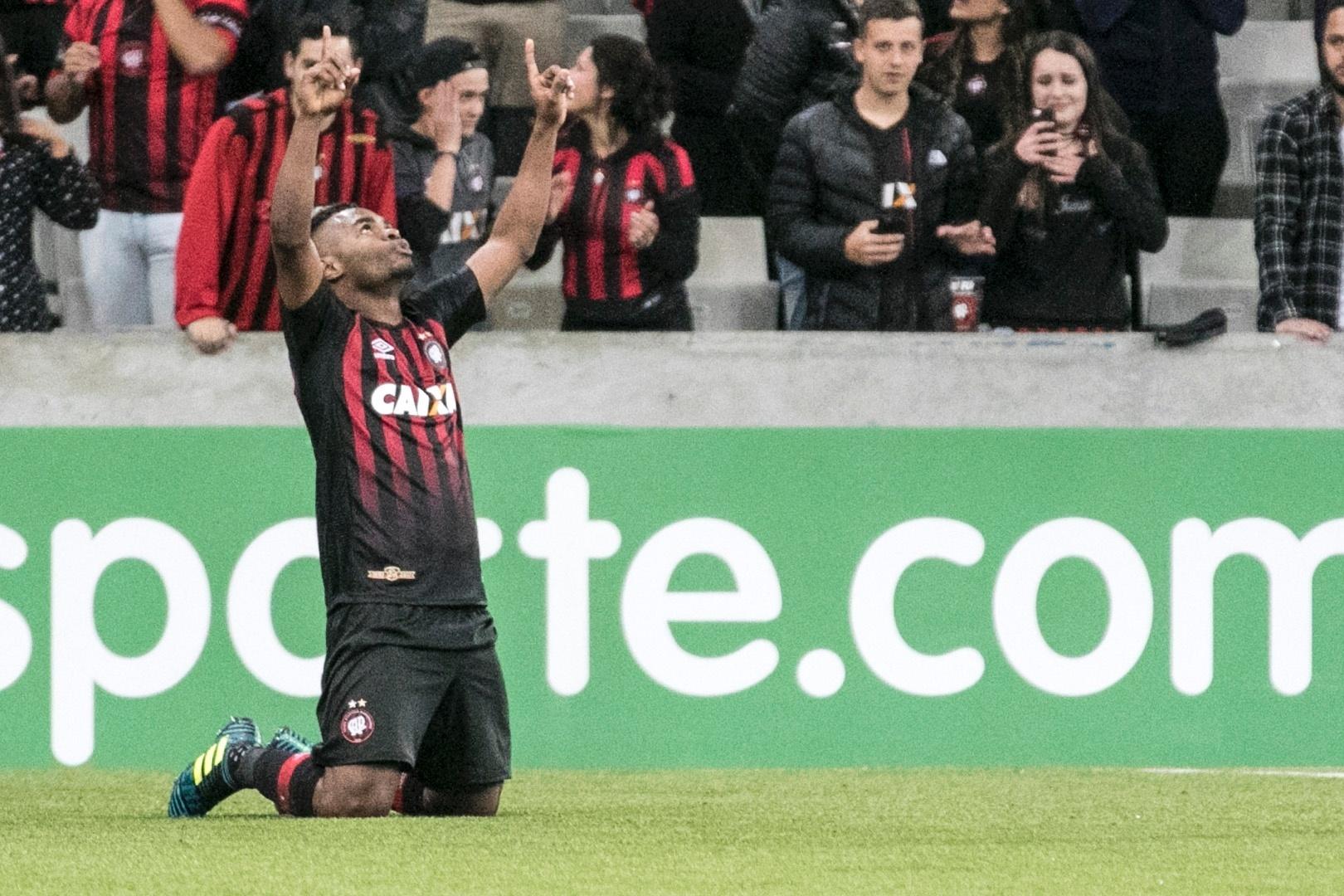 Nikão participou do terceiro gol do Furacão