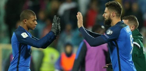 Mbappé (esq.) cumprimenta Giroud antes de ser substituído no segundo tempo