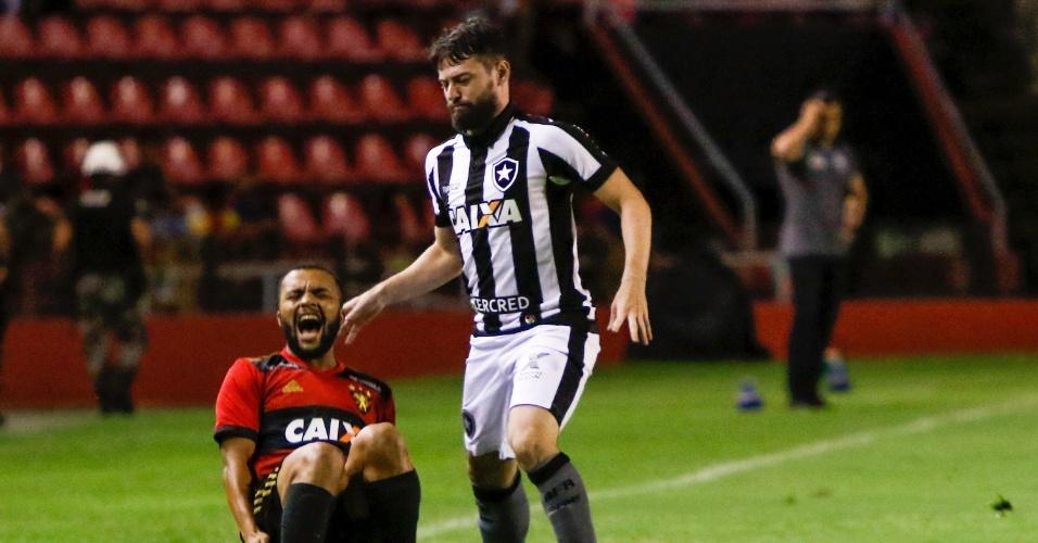 João Paulo e Samuel Xavier disputam bola em Sport e Botafogo pelo Campeonato Brasileiro