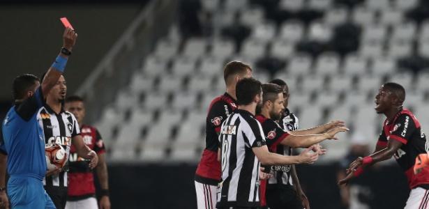 Vinicius Júnior reclama da expulsão no clássico entre Flamengo e Botafogo