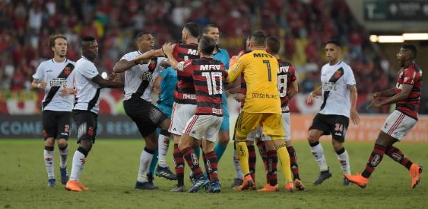 Jogadores de Flamengo e Vasco brigam no fim do jogo pelo Brasileiro
