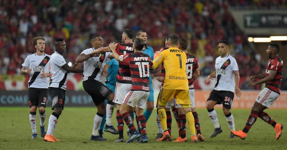 Jogadores de Flamengo e Vasco brigam no fim do jogo pelo Campeonato Brasileiro 2018