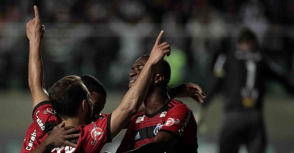 Jogadores do Flamengo comemoram gol marcado contra o Atlético-MG