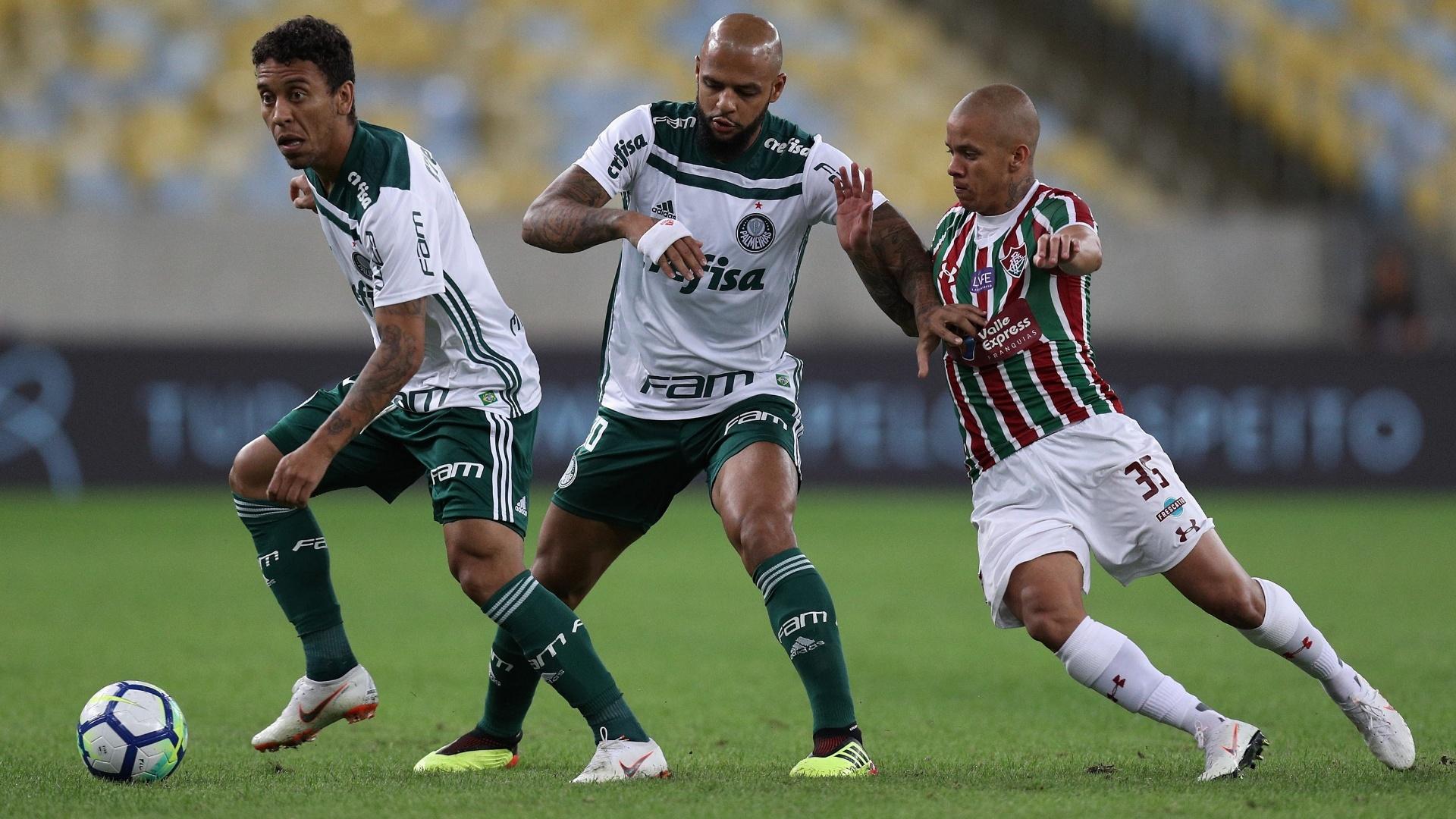 Marcos Rocha domina, e Felipe Melo segura Marcos Júnior no jogo Fluminense x Palmeiras