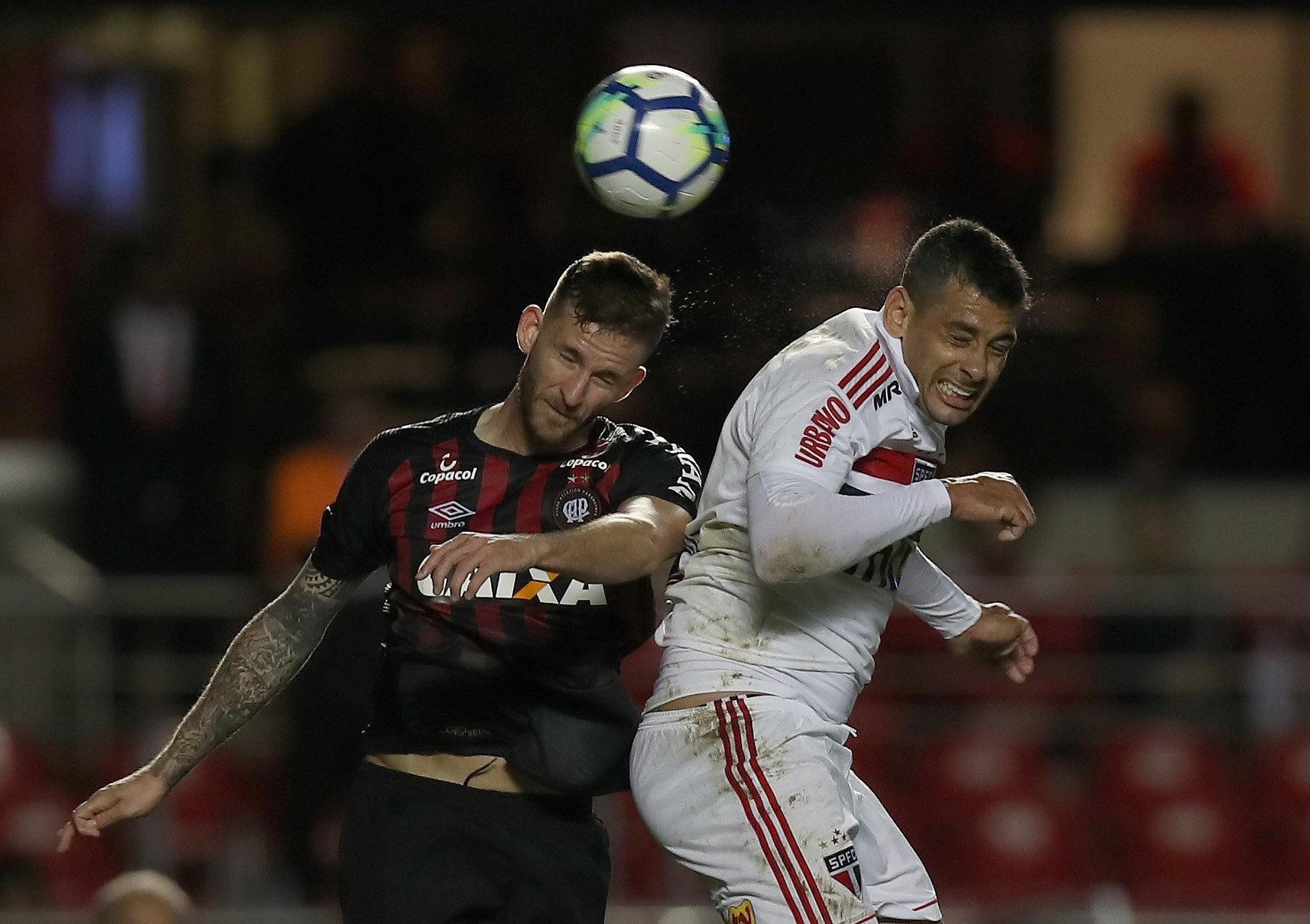 Léo Pereira e Diego Souza disputam a bola pelo alto no jogo entre São Paulo e Atlético-PR
