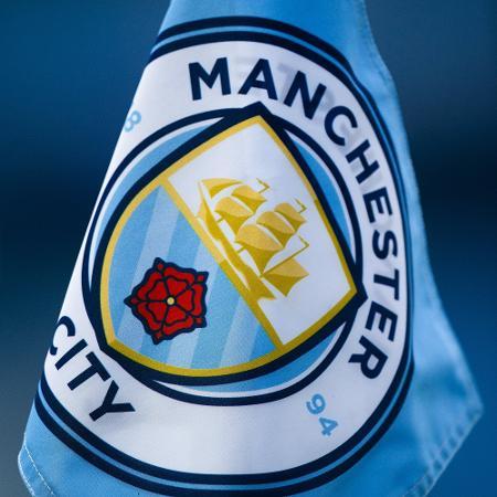 Bandeira com o escudo do Manchester City - Visionhaus/Getty Image