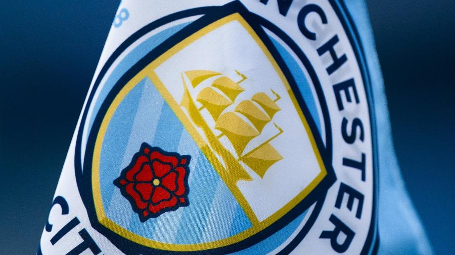 Bandeira com o escudo do Manchester City; clube conseguiu reverter punição da Uefa - Visionhaus/Getty Image