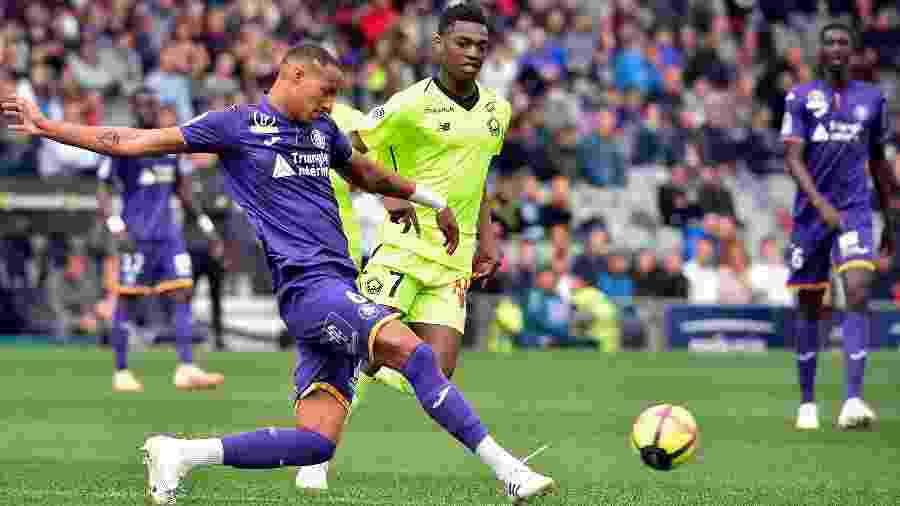 Christopher Jullien e Rafael Leao durante a partida entre Lille e Toulouse - REMY GABALDA/AFP