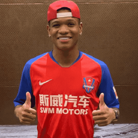 Marcinho, ex-Inter e Fortaleza, com a camisa de seu novo clube, na China - Reprodução/Instagram