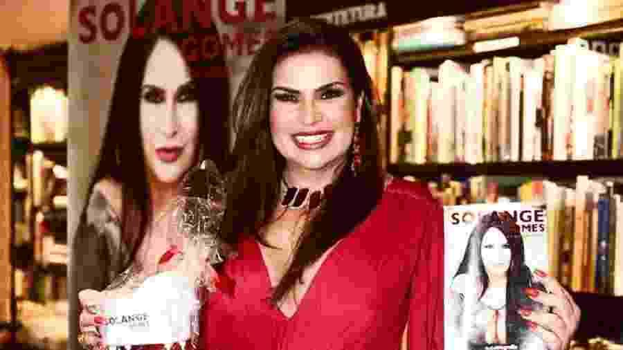 Solange Gomes posa com sua autobiografia em mãos - Reprodução/Instagram