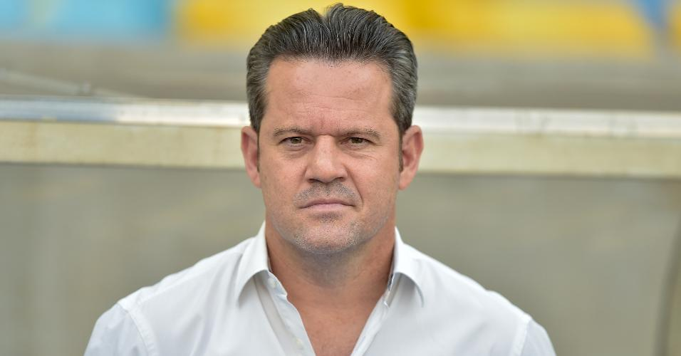 Técnico do CSA, Argel Fucks acompanha jogo contra o Fluminense