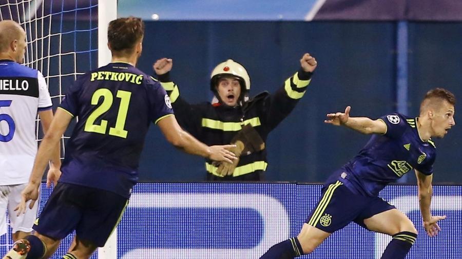 Policial comemora gol do Dínamo Zagreb na Liga dos Campeões - REUTERS/Antonio Bronic