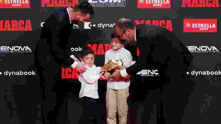 Mateo (à esquerda) e Thiago (à direita) levaram o troféu até o pai, o craque Lionel Messi - Albert Gea/Reuters - Albert Gea/Reuters