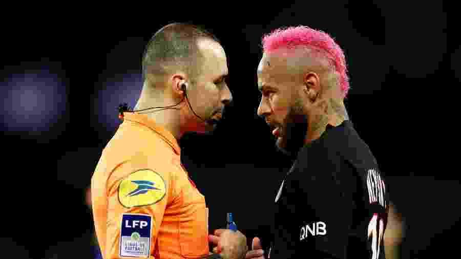 01.fev.2020 - Neymar fala com o árbitro em PSG x Montpellier - Gonzalo Fuentes / Reuters